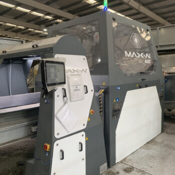 MAX-AI-AQC robot working in addition to MRF staff to recover plastics and fibre